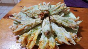 piatto di fiori mozzarella e alici