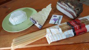 Ingredienti ricotta, pecorino,zafferano,guanciale e spaghetti