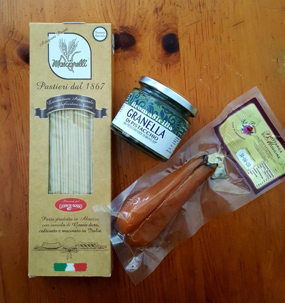 Ingredienti, spaghetti, granella di pistacchio di Bronte, bottarga di muggine