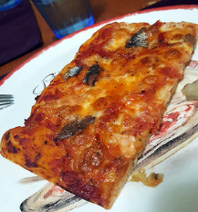 Trancio di pizza rossa alici e mozzarella
