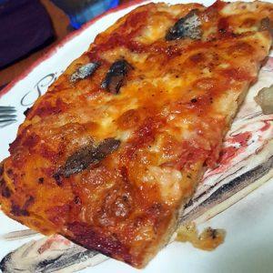 Pizza rossa con alici e mozzarella