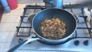 Padella con rosolatura funghi porcini secchi