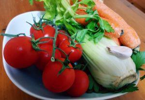 Pomodori, aglio, sedano e carote